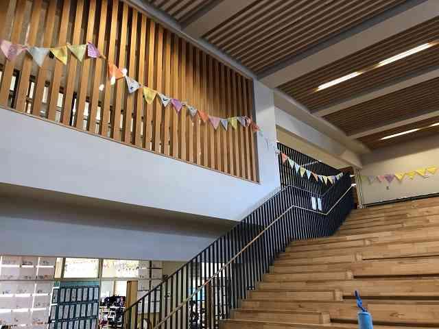 ホール階段ガーランド.jpg